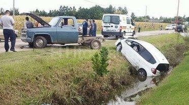 Violento accidente terminó con un auto en la banquina -