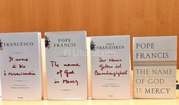 El papa Francisco public� su primer libro