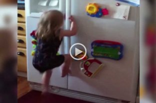 """Video: niña """"araña"""" se trepa a la heladera para buscar golosinas"""