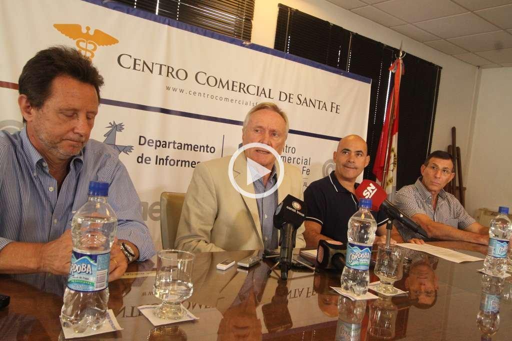 Críticas. Referentes del Centro Comercial aseguraron que el impacto del carril exclusivo en Rivadavia sobre el comercio es negativo. Crédito: Guillermo Di Salvatore
