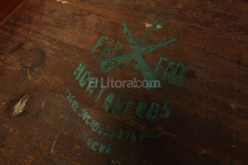 Se encontró un grabado con la figura de dos fusiles cruzados, siglas y una leyenda de Montoneros. Mauricio Garín