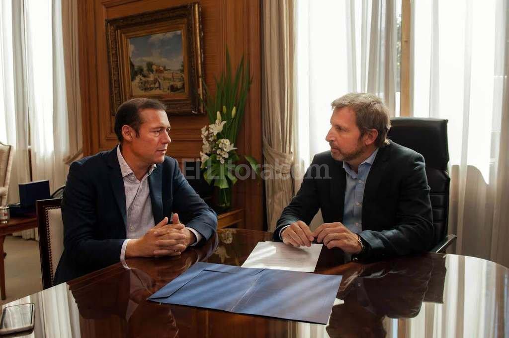 El ministro Frigerio con el gobernador de Neuquén, Omar Gutiérrez. <strong>Foto:</strong> Telam
