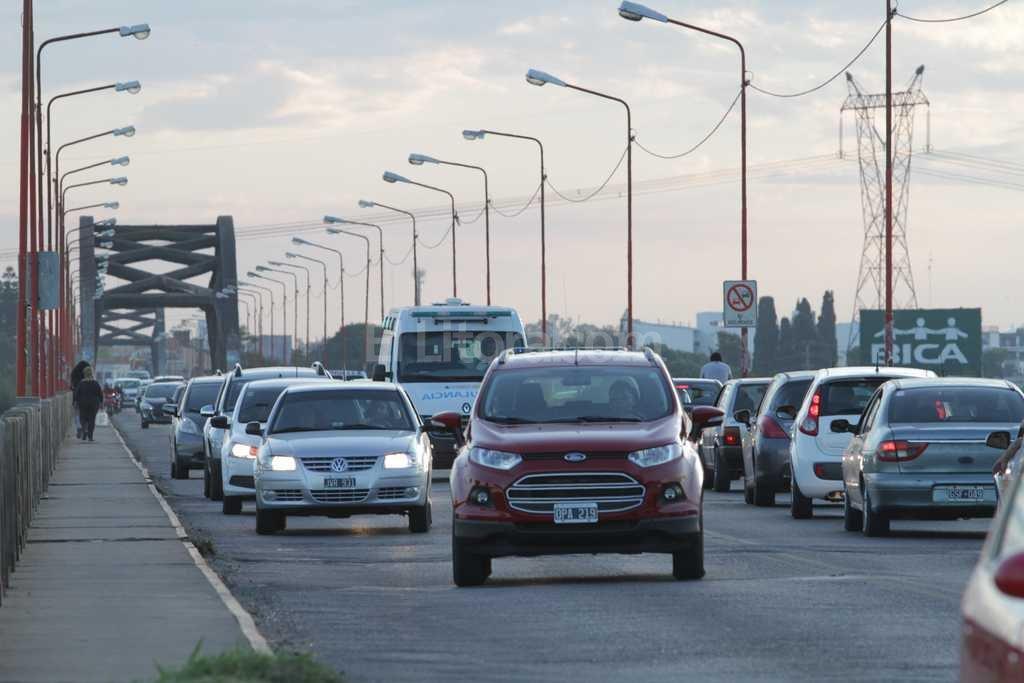 El tránsito lento sobre el Puente Carretero es una postal de los últimos años Crédito: Archivo El Litoral / Manuel Fabatía