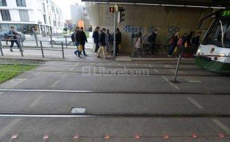Insólito: Semáforos en el suelo para los usuarios de celular -