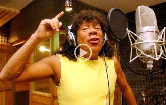 """Ins�lito: """"La Mona"""" Jim�nez canta contra la corrupci�n"""