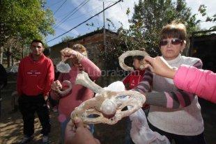 Tiraron escombros con restos de ata�des en Alto Verde