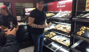 Sorprendieron a John Travolta comprando medialunas en Buenos Aires