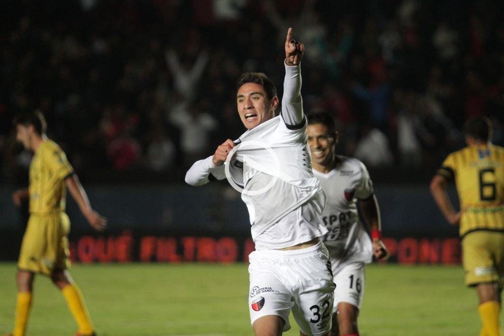 "Super� a Olimpo 3 a 1  Col�n: Un triunfo que sirve - Tom�s Sandoval grita su gol. Con 17 a�os vive el ""sue�o del pibe""."