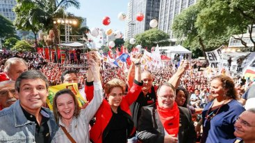 Dilma aumenta beneficios sociales y avisa que luchar� hasta el final