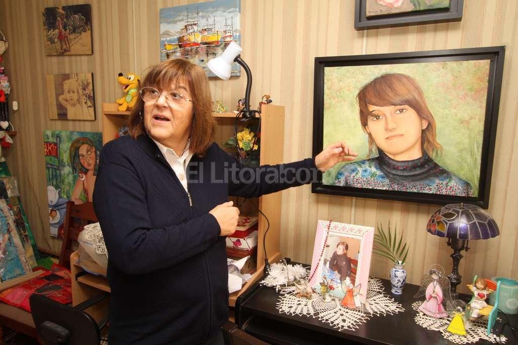 """El retrato. Graciela pintó varios cuadros dedicados a Marianela. El retrato es el que más le costó: """"Me llevó un año hacerlo, a veces empezaba a pintar y lo dejaba"""". Cuando lo terminó lo puso en el living pero era duro sostenerle la mirada, ver su rostro a cada momento. """"Lo sacamos y lo pusimos en otra habitación"""", contó. <strong>Foto:</strong> Guillermo Di Salvatore"""