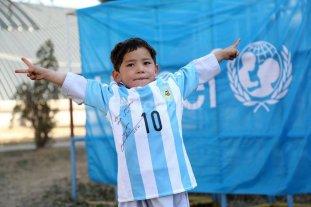 Ni�o afgano con camiseta de Messi pide asilo en Pakist�n