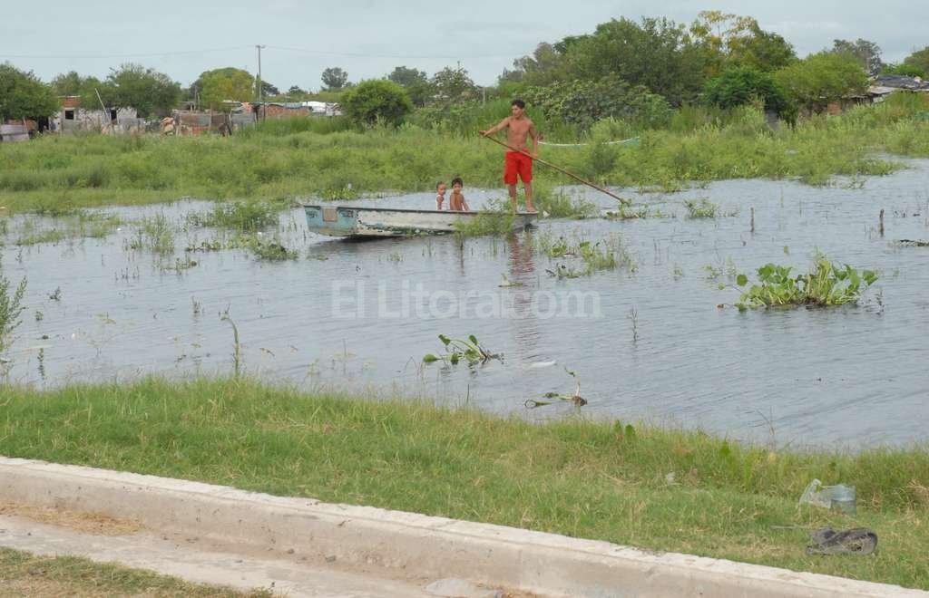 Playa Norte. Riobamba al fondo, donde termina la calle. Allí se colocaron bolsas de arena para evitar la inundación en la zona residencial, contra la laguna. Pero el agua ingresó a las zonas bajas donde hay ranchos. Crédito: Flavio Raina (Archivo)