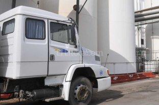Camioneros entregan leche en la plaza 25 de Mayo