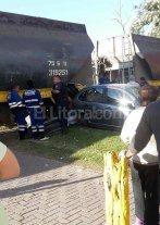 Un auto mal estacionado chocado por el tren