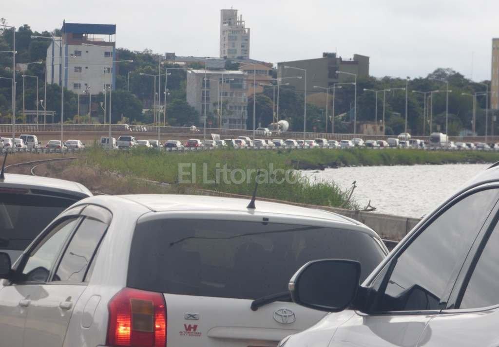 Los automovilistas hicieron hasta 4 horas de cola para cruzar el puente de Encarnación.  <strong>Foto:</strong> Misiones Online