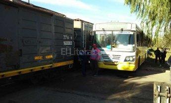 Tren sojero embisti� a un colectivo cerca del Hospital de Ni�os