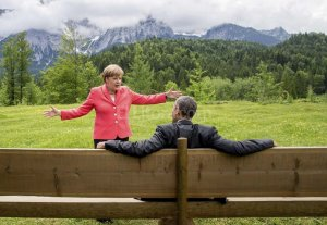 Refugiados, economía e Hiroshima protagonizarán la cumbre del G7 - Merkel y Obama dialogan durante la última cumbre del G7 que se realizó en Alemania.