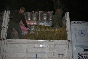 Gendamer�a secuestr� un cargamento ilegal de ropa escondida entre fardos de alfalfa