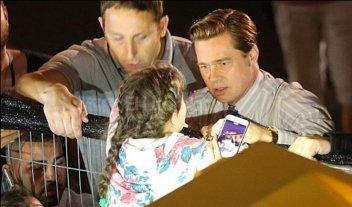 Brad Pitt salv� a una ni�a de ser aplastada por sus fans