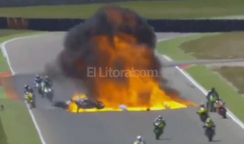 Impresionante accidente y explosi�n en una carrera de motos