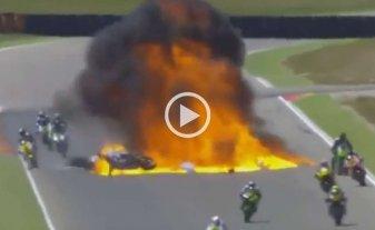 Impresionante accidente y explosión en una carrera de motos -
