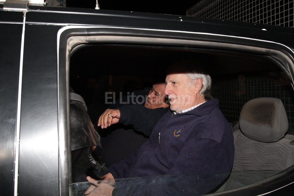 Vignatti sonríe por la victoria mientras lo retiran del playón por los incidentes. Manuel Fabatía