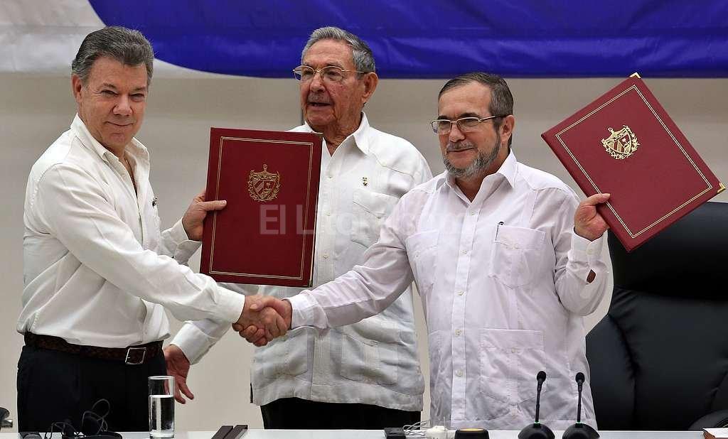 El presidente de Colombia, Juan Manuel Santos; su par de Cuba, Ra�l Castro, y el l�der de las FARC, Rodrigo Londo�o (alias �Timochenko�), el pasado 23 de junio cuando firmaron en la Habana el primer acuerdo para el cese al fuego en Colombia. Foto:EFE