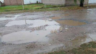 Por los pozos, en barrio San Jos� tienen que circular por las veredas
