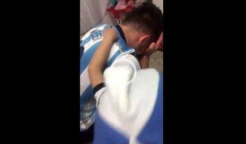 Video: el consuelo de un ni�o a su padre tras la derrota de Argentina