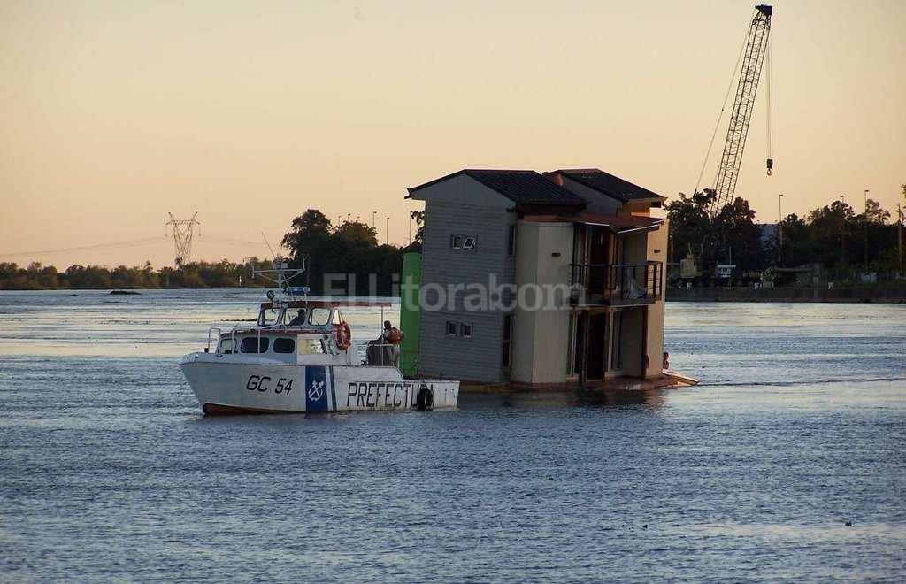 A remolque. Prefectura Naval Argentina de Santa Fe debió remolcar la casa flotante de Flotek cuando navegaba a la deriva por el canal de derivación norte, durante la inundación, y la llevó al Dique II del Puerto, donde fue amarrada. Crédito: El Litoral