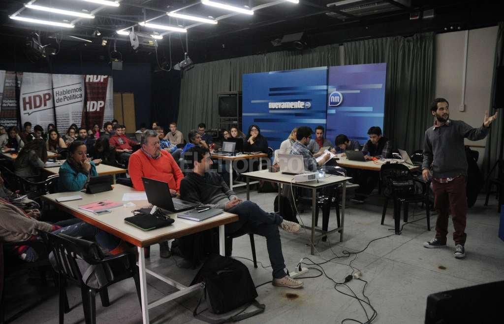 El taller de periodismo de datos se realizó el jueves y viernes pasado en el Complejo Multimedia de la UCSF. En la imagen, la exposición del periodista Ariel Riera. Crédito: Luis Cetraro