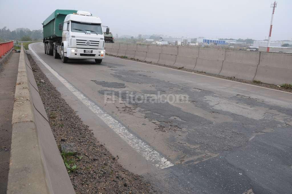 En los puentes es donde el asfalto está más deteriorado.  Flavio Raina