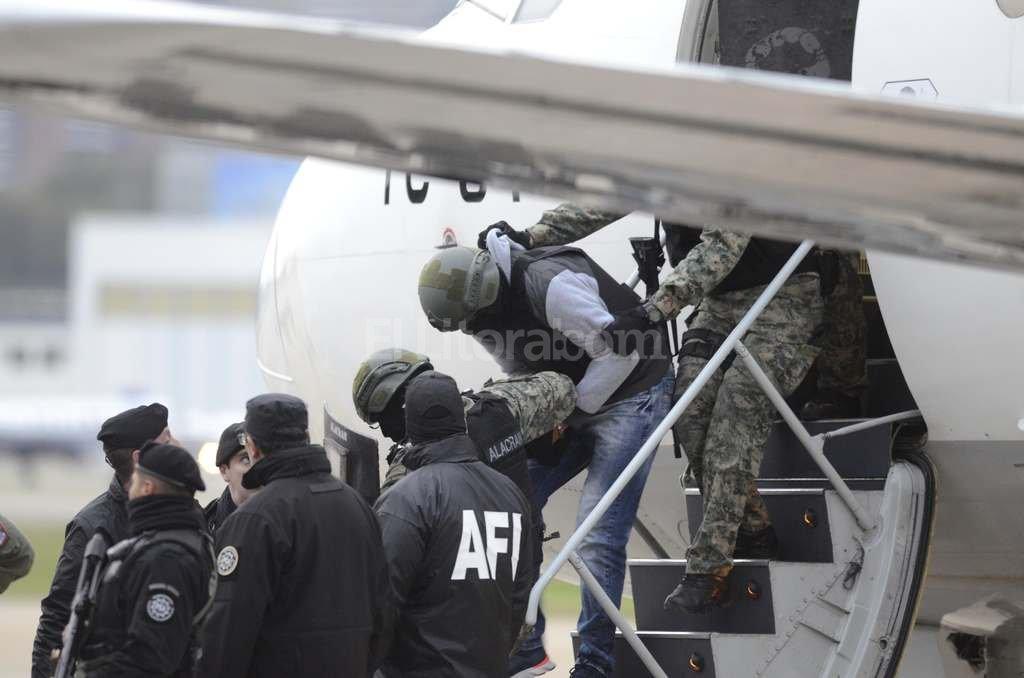 Pérez Corradi desciende del avión que lo trajo desde Paraguay a Argentina ayer por la tarde. Crédito: DyN
