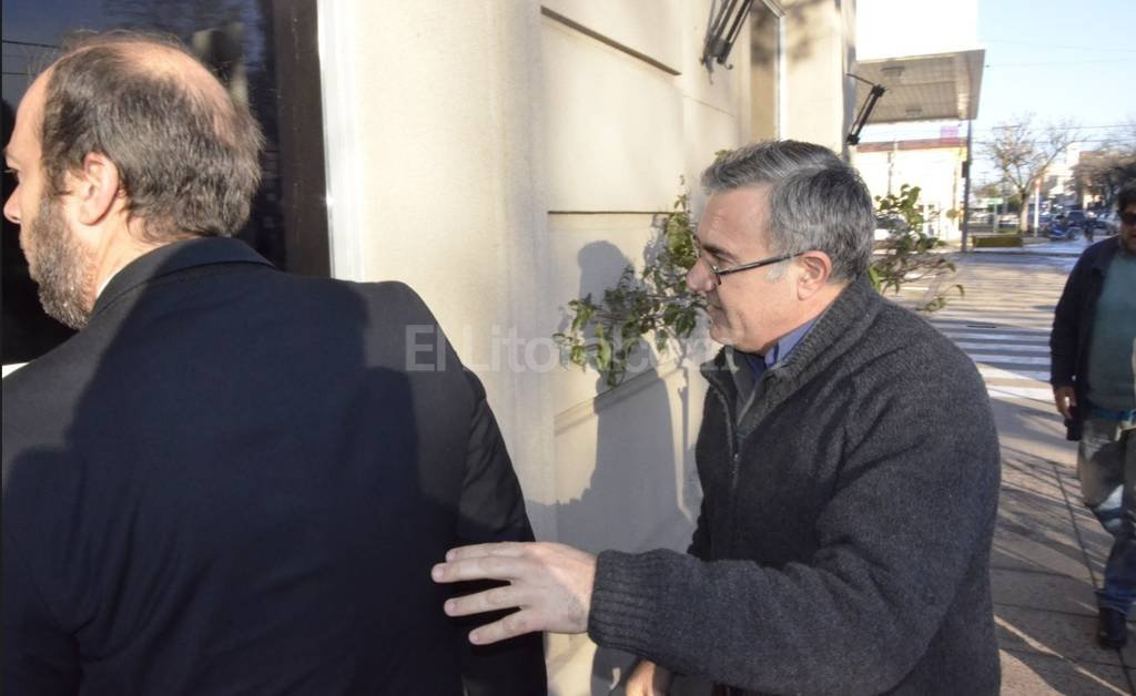 El padre Néstor Monzón llegó esta mañana a los tribunales acompañado por su abogado. <strong>Foto:</strong> Agencia Reconquista