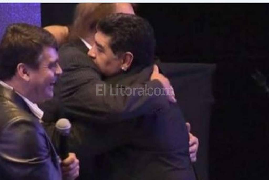 En el festejo organizado en la Municipalidad de Vicente L�pez para conmemorar los 30 a�os del �ltimo t�tulo mundial de la Argentina, Diego Maradona dej� de lado los roces e invit� a Carlos Bilardo a subir al escenario, donde estaban los 17 jugadores de aquel plantel que se hicieron presentes. Ni bien subi�, el 10 y el DT se fundieron en un abrazo y, lleno de emoci�n, el Narig�n no pudo ocultar el llanto. Diario Ol�