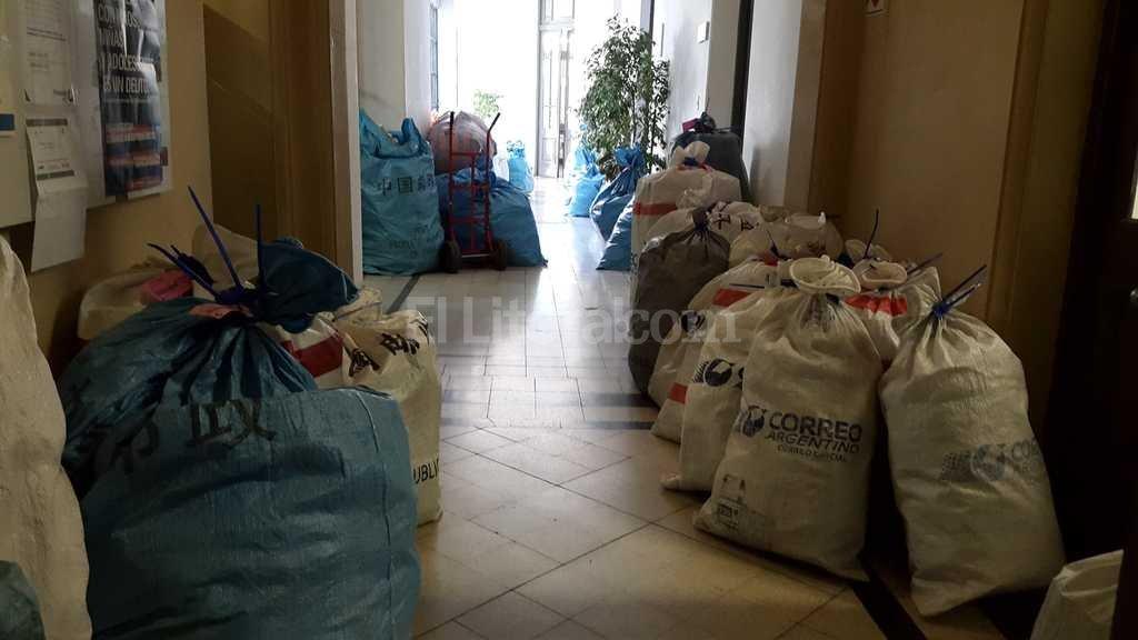 Desborde. La cantidad de sacos que recibe la oficina de Correo Argentino en la Aduana local super� el dep�sito y una segunda sala destinada a su almacenamiento: hoy se acumulan en los pasillos linderos al hall. Periodismo Ciudadano