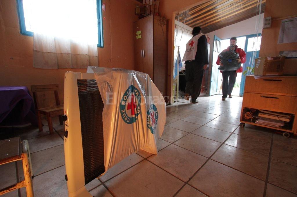 Dar calor. Ayer, representantes de la filial local de la Cruz Roja donaron 50 frazadas que fueron repartidas a las familias de los ni�os que concurren a la sala Gregorio. Tambi�n brindaron una charla sobre cuidados de la salud en invierno.  Pablo Aguirre