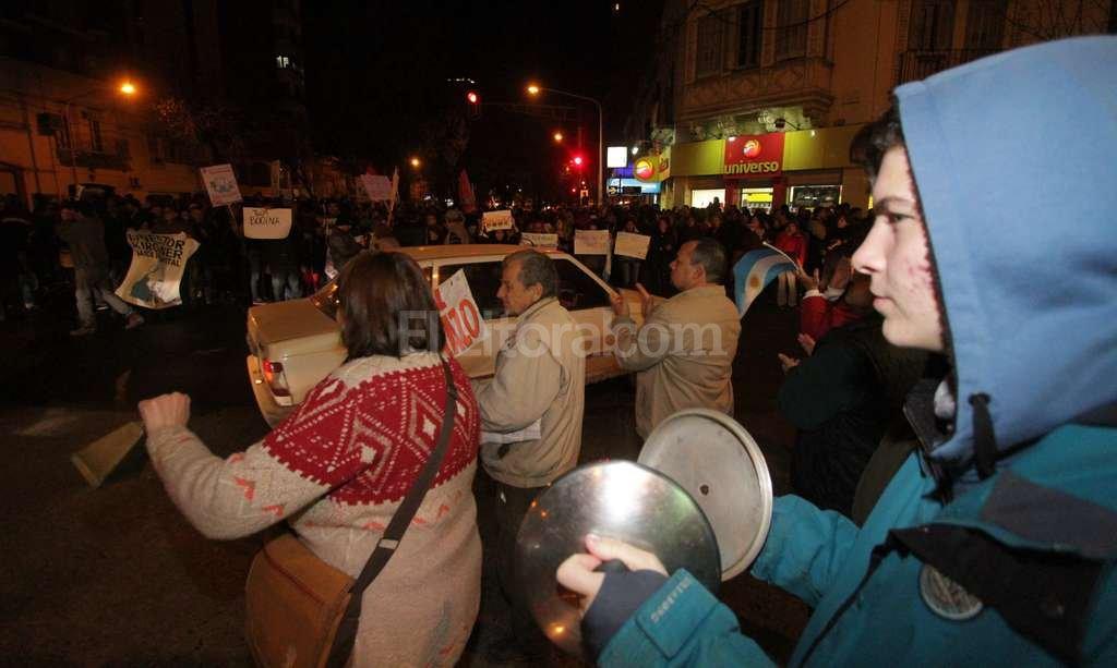Aumento. Con carteles, con aplausos y hasta con cacerolas, los manifestantes se pronunciaron en contra del tarifazo. Manuel Fabat�a