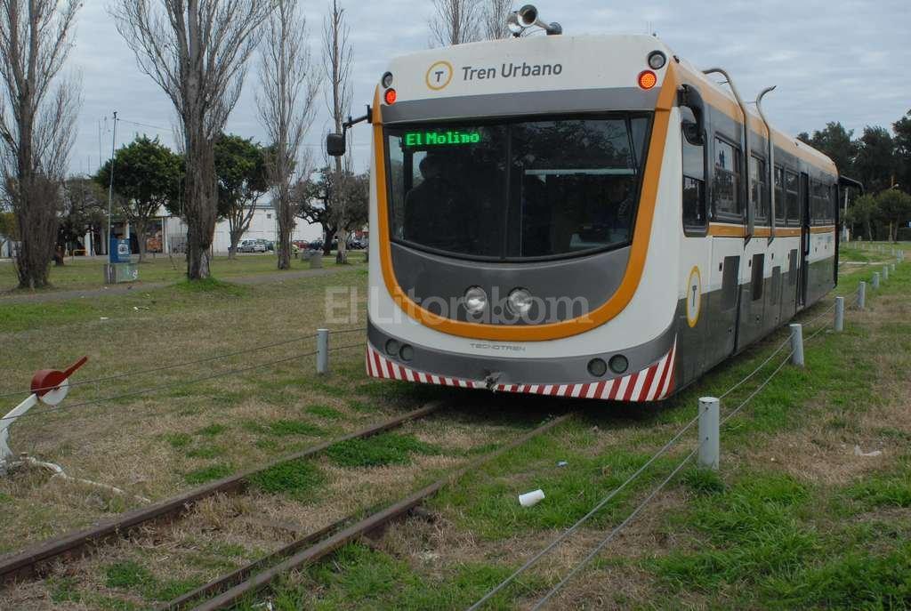 ¿Será definitivo? Después de meses de detención, esta mañana volvió a arrancar el tren urbano, en forma gratuita.  Crédito: Flavio Raina