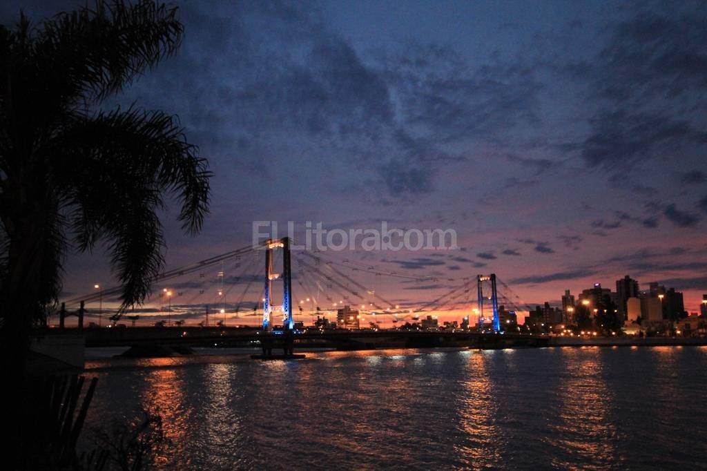 Homenaje. La idea de alternar los colores de la iluminaci�n se utiliz� hace unos d�as en el puente para conmemorar los 200 a�os de la Declaraci�n de la Independencia. Pablo Aguirre.