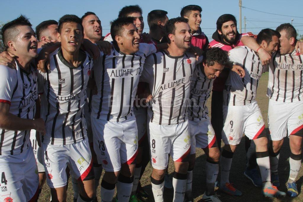 El festejo de los jugadores de Pucará Luis Cetraro