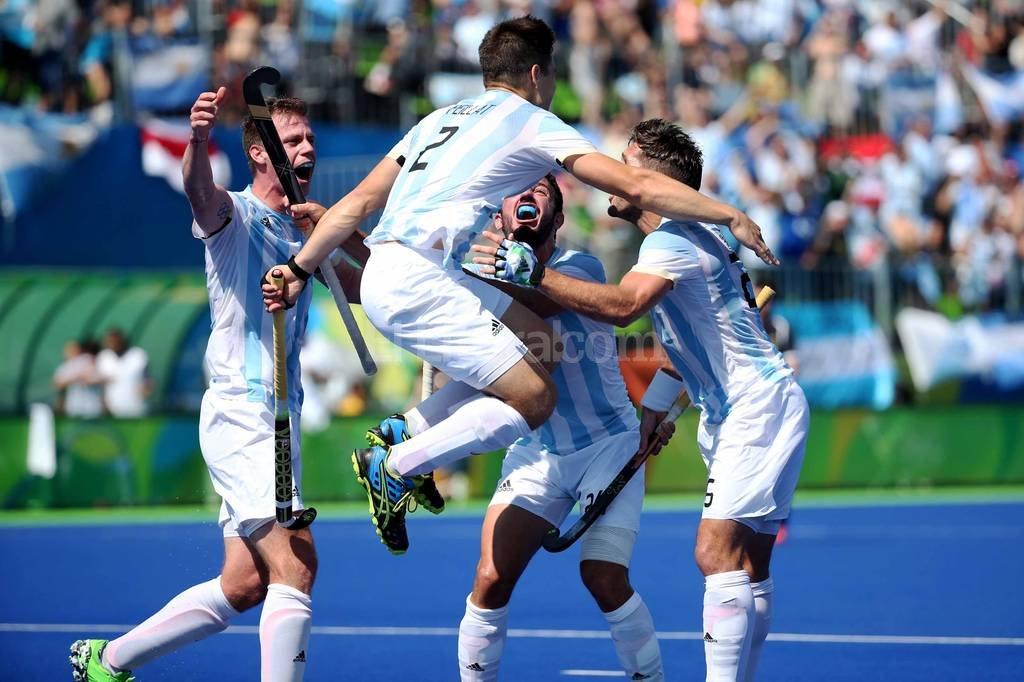 El seleccionado masculino de hockey golea 5-0 a Alemania clasificándose a la final, en los Juegos Olímpicos Rio 2016. Festejo del primer gol.  Agencia Télam