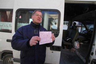 Lo multan como transportista ilegal al llevar a sus 4 hijos a la escuela