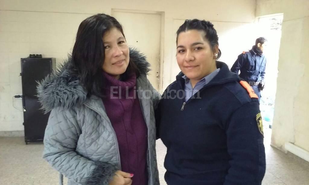 Abrazo de corazón. Marisa Silvero (de campera gris) junto a la agente Belén Monzón, protagonistas de un emotivo encuentro. Danilo Chiapello