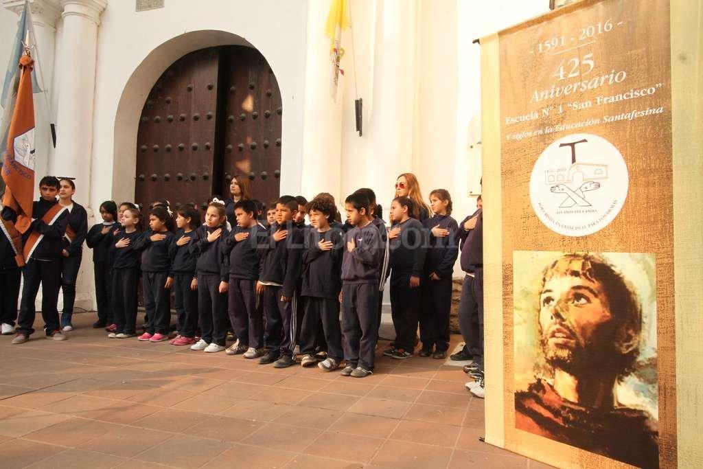 Los chicos de la escuela San Francisco, junto a la comunidad escolar y autoridades invitadas, compartieron un acto frente al convento. Guillermo Di Salvatore