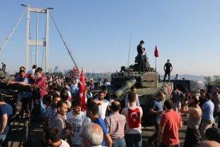 3 diplomáticos turcos detenidos por el fallido golpe -