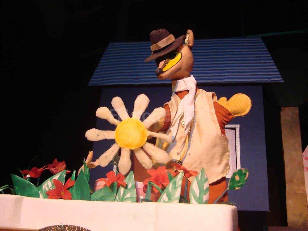 La nueva obra tiene la impronta del grupo en el dise�o de mu�ecos y escenograf�as, pero tambi�n una serie de referencias a la m�sica popular y la fauna aut�ctona. Se puede ver los s�bados a la tarde en Moreno 2441. Foto:Gentileza El Retablo de las Maravillas