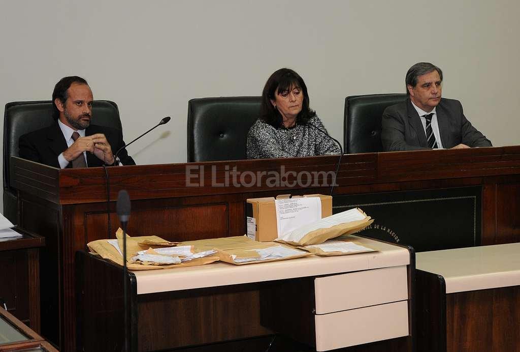 El tribunal que dict� la sentencia, integrado por Luciano Laur�a, Mar�a Iv�n Vella y Jos� Mar�a Escobar Cello. Foto:Archivo El Litoral