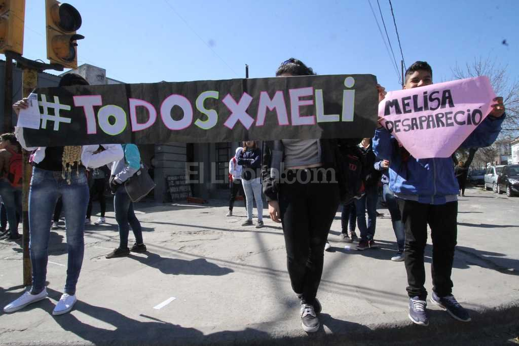 Imagen de la marcha en la puerta de la escuela, mientras continuaba la b�squeda de Melisa Foto:Mauricio Gar�n