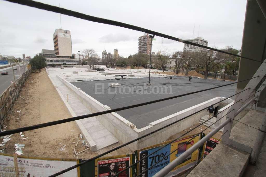 De gris a negro. En dos días se colocaron 1.500 metros cuadrados De PVC (el material negro que se ve en la foto), De un total De 7.200 que tiene la plaza. Pronto aparecerá la cubierta verde.  Crédito: Guillermo Di Salvatore